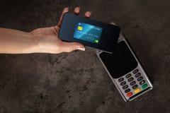 Transakcja uzupe?niaj?ca z mobiln? kart? kredytow? fotografia stock