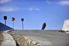 Transalpina路的摩托车骑士 免版税库存图片