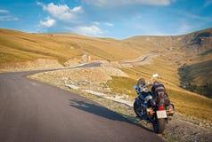 Transalpina,晴天,旅行乘在山北居民的摩托车 免版税库存图片