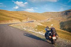 Transalpina, ηλιόλουστη ημέρα, ταξίδι με τη μοτοσικλέτα σε υπεράλπειο Στοκ εικόνα με δικαίωμα ελεύθερης χρήσης