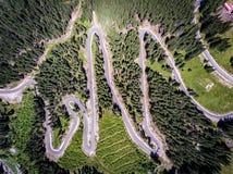Transalpina slingrig bergväg som är hög upp i bergen i Tr arkivbild