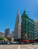 Transamerica金字塔和哥伦布塔警戒在铜绿的Flatiron建筑风格的大厦在哥伦布街上 免版税库存图片