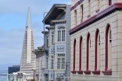 Transamerica pyramid med gamla byggnader i San Francisco downtow Royaltyfria Bilder