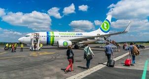 Transavia波音737-700飞行在伯其拉机场 免版税图库摄影