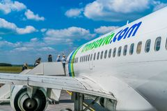 Transavia波音737-700飞行在伯其拉机场 免版税库存图片