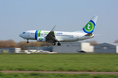 Transavia 737 atterrissant à Rotterdam Photo stock