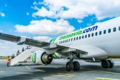 Transavia Boeing 737-700 flyg på den Bergerac flygplatsen Fotografering för Bildbyråer