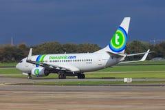 Transavia-Jet, der heraus mit einem Taxi fährt Lizenzfreie Stockbilder