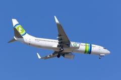 Transavia 737 sur un ciel bleu gentil Photos libres de droits