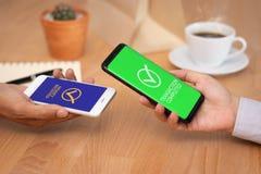Transazione dei soldi tramite telefono cellulare gente di affari che utilizza il portafoglio di applicazione nello smartphone mob fotografie stock