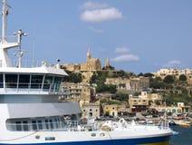 Transbordador cerca de la costa costa de Gozo foto de archivo libre de regalías