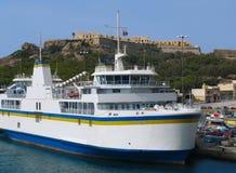 Transbordador cerca de la costa costa de Gozo imagenes de archivo