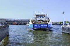 Transbordador cerca del ferrocarril de Amsterdam, Países Bajos Foto de archivo