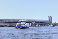 Transbordador cerca del ferrocarril de Amsterdam, Países Bajos Foto de archivo libre de regalías