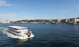 Transbordador cerca del puente de Galata en Estambul, Turquía imagen de archivo