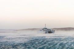 Transbordador cogido en vientos pesados Foto de archivo libre de regalías