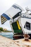 Transbordador con el ship& abierto x27; arco de s listo para conseguir cargado Foto de archivo libre de regalías