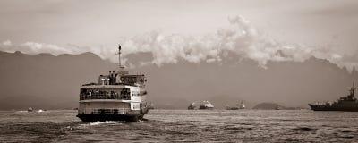 Transbordador de Barca Río-Niteroi en Baia de Guanabara Fotos de archivo libres de regalías