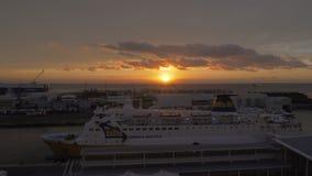Transbordador de Córcega amarrado en el puerto de Savona en la puesta del sol, Italia metrajes
