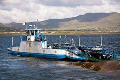 Transbordador de coche en el condado Kerry, Irlanda Imagenes de archivo