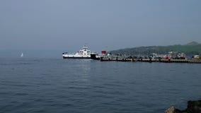 Transbordador de coche que deja el embarcadero grande en el fin de semana de pascua en Escocia