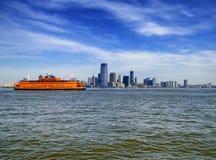 Transbordador de la isla de Staten con el fondo del Lower Manhattan imagen de archivo