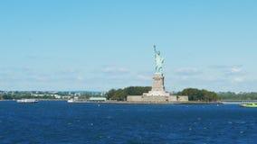 Transbordador de la isla de Staten que pasa la estatua de la libertad, NY almacen de metraje de vídeo