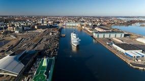 Transbordador de la travesía del pasajero salir del puerto de ciudad de Helsinki fotografía de archivo libre de regalías