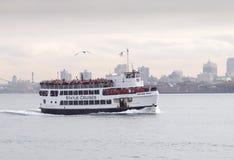 Transbordador de las travesías de la estatua, puerto de Nueva York Fotos de archivo libres de regalías
