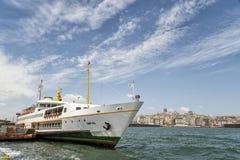 Transbordador de pasajero atracado en Eminonu, Estambul, Turquía fotos de archivo