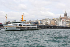 Transbordador de pasajero turco que viaja entre Karakoy y Eminonu Fotografía de archivo libre de regalías