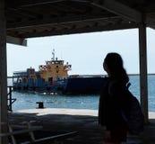 Transbordador de señora Waiting For Passenger en Olhao Portugal Fotografía de archivo