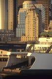 Transbordador de Seattle, saliendo de la línea de costa en la puesta del sol Imagenes de archivo