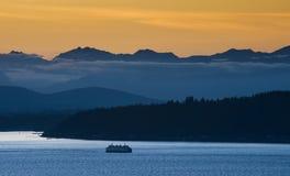 Transbordador de Seattle y las montañas olímpicas Fotografía de archivo libre de regalías