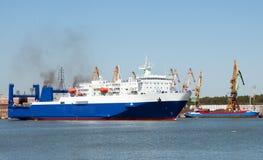 Transbordador de transbordo rodado en puerto Imágenes de archivo libres de regalías