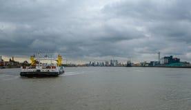 Transbordador de Woolwich que llega en el lado norte del río Támesis Foto de archivo