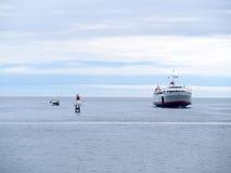 Transbordador del pasajero y de coche en la bahía del océano Fotos de archivo libres de regalías