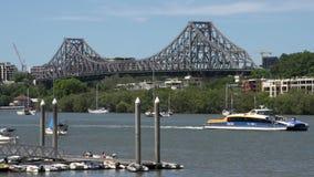 Transbordador delante del puente de la historia en Brisbane metrajes