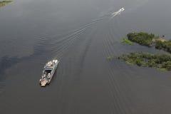 Transbordador en el Amazonas visto del avión Foto de archivo