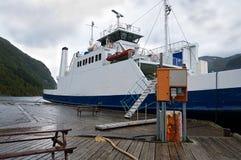 Transbordador en el embarcadero Foto de archivo libre de regalías