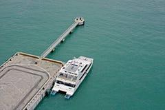 Transbordador en el embarcadero imagen de archivo