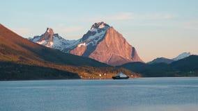 Transbordador en el fiordo con las montañas de la nieve metrajes