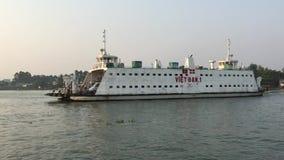 Transbordador en el río Mekong en Vietnam almacen de metraje de vídeo