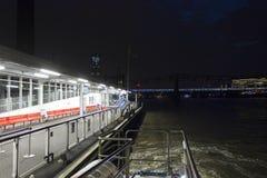 Transbordador en la noche a lo largo del río Támesis Imagenes de archivo