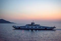 Transbordador en la puesta del sol cerca de la isla de Thassos fotos de archivo