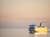 Transbordador en la salida del sol Fotos de archivo