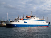 Transbordador en un embarcadero Fotografía de archivo