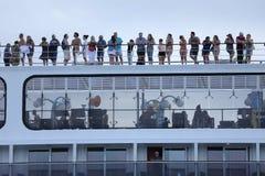 Transbordador enorme que cruza en la laguna de Venezian, Italia Turistas en el top del tejado imagenes de archivo