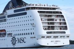Transbordador enorme que cruza en la laguna de Venezian, Italia Turistas en el top del tejado imagen de archivo