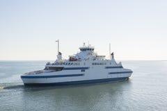 23 05 Transbordador 2015 entre Estonia y la isla continentales de Muhu Foto de archivo libre de regalías